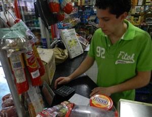 Frederico Carvalho trabalha na mercearia do pai (Foto: Felipe Santos/G1)