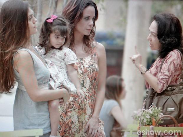 Iolanda descobre mentira de Juliana e a ameaça (Foto: Em Família/ TV Globo)