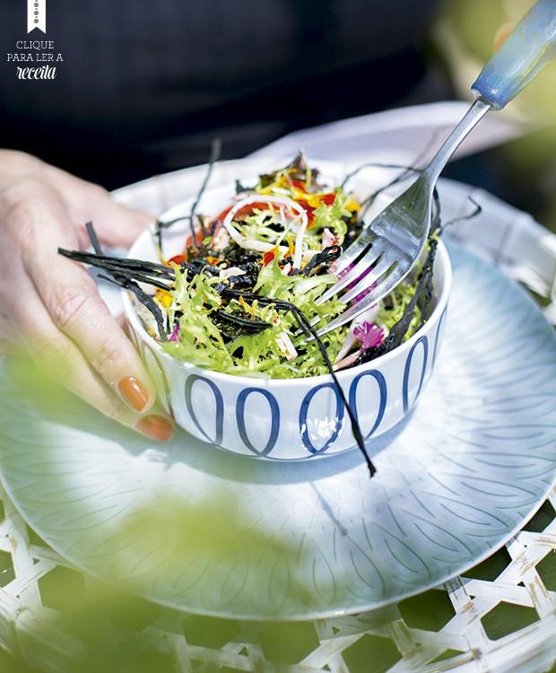A salada de algas tem gosto de mar e é supercrocante. Mas é preciso comer na hora, caso contrário, ela murcha, avisa o chef. Louça e talher Divino Espaço (Foto: Rogério Voltan/Editora Globo)