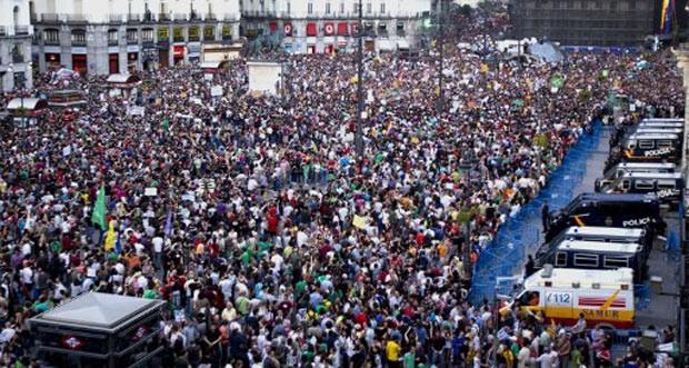 Manifestantes reunidos da Praça Porta do Sol, em Madri, na Espanha, neste sábado (12). (Foto: Jaime Reina/AFP)