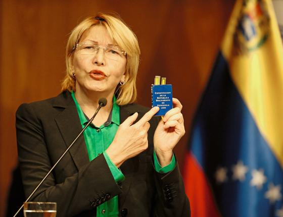 A procuradora geral  Luisa Ortega com um exemplar da constituição atual (Foto:  Andres Martinez Casares/REUTERS)