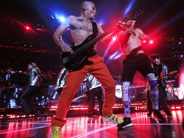 Flea, do Red Hot Chili Peppers, foi criticado por fãs e músicos. Ele parece ter tocado com o baixo desplugado no intervalo do Super Bowl, no domingo (2) (Foto: Jamie Squire/Getty Images/AFP)