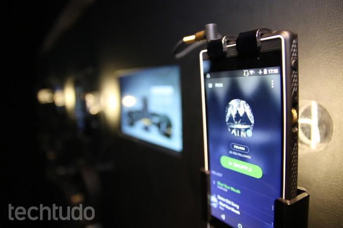 Na parte lateral do Marshall London Phone há um scroll que regula o volume de forma mais precisa (Foto: Laura Martins/TechTudo)