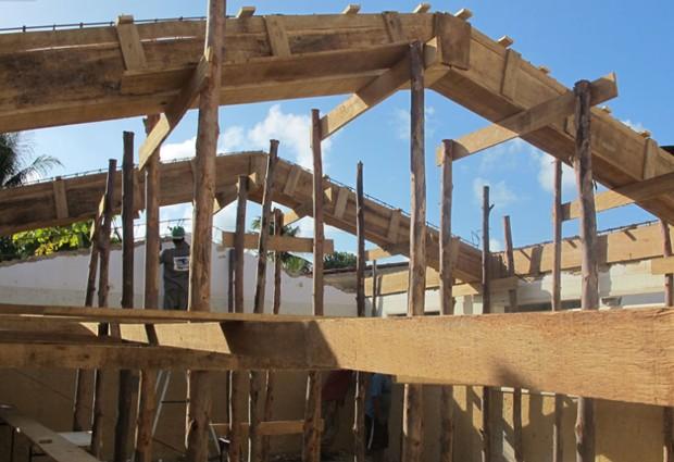 Reforma da escola Julieta Ramos Pereira, em Paripueira, em foto de abril; em setembro de 2011, teto do colégio ruiu, mas não havia alunos no local (Foto: Vanessa Fajardo/G1)