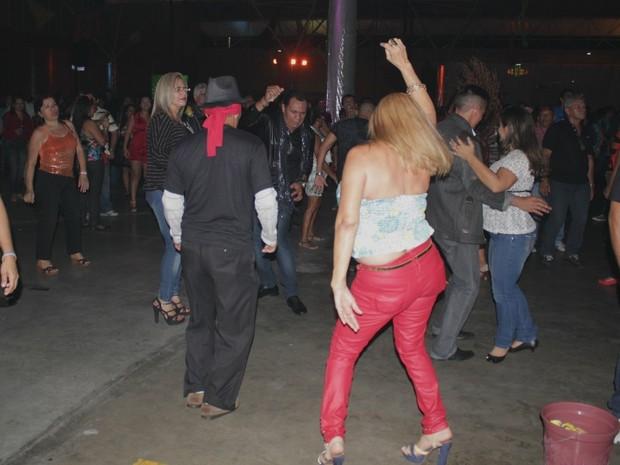 Púlbico caiu na dança ao som de sucessos dos anos 70 e 80 (Foto: Marcos Dantas/G1 AM)
