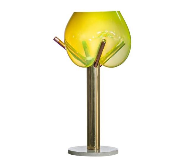 Luminária de mesa CaramBOLA, de vidro soprado, cobre, latão e mármore, 38 x 38 x 72 cm. Via Condotti, R$ 7.975 (Foto: Divulgação)