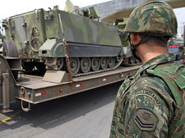 Veículos blindados para transporte de tropas da Marinha do Brasil são levados por Policiais do Batalhão de Operações Especiais (BOPE) ao Complexo de Favelas da Vila Cruzeiro, na zona norte do Rio de Janeiro (Foto: Tasso Marcelo/AE)