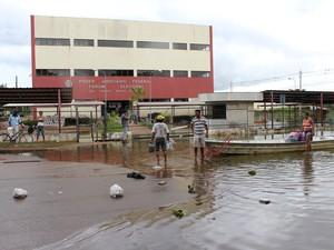 Água do Rio Madeira chegou à porta do prédio do TRE (Foto: Ivanete Damasceno/G1)