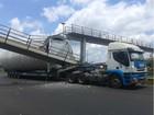 Carreta com tubo de energia eólica derruba parte de passarela na BR-101