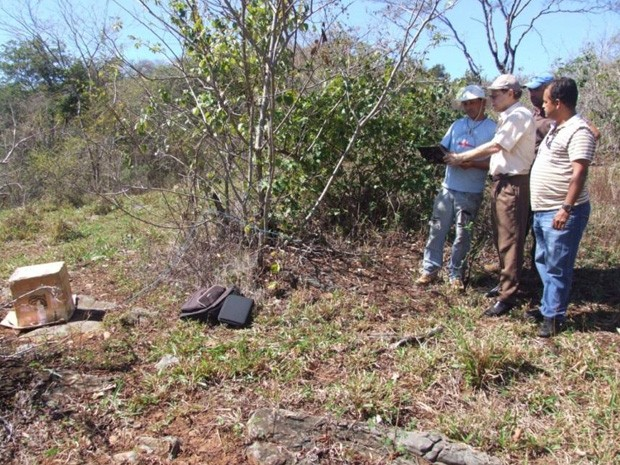 Técnicos analisam área afetada por tremor e instalam sismógrafo (Foto: Divulgação/Observatório da UnB)
