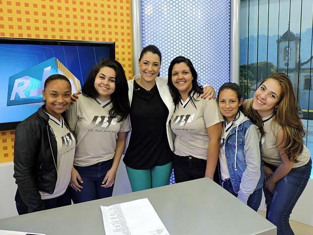 Alunos do colégio Pedro Braile Neto no estúdio do RJTV (Foto: Dalila Lemos)