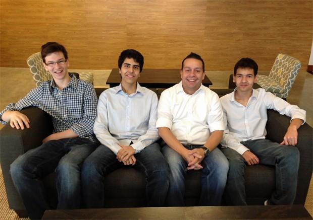Henrique, Gustavo, o mentor Marcelo e Anderson juntos em Miami: grupo se prepara para apresentar a startup para investidores americanos (Foto: Arquivo Pessoal)
