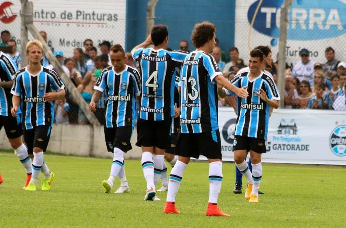 Jogadores do Grêmio comemoram gol no jogo-treino (Foto: Lucas Rizzatti/Globoesporte.com)