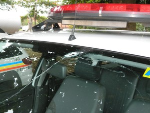 Vidro da viatura foi atingido por disparo (Foto: Divulgação/Assessoria PM)