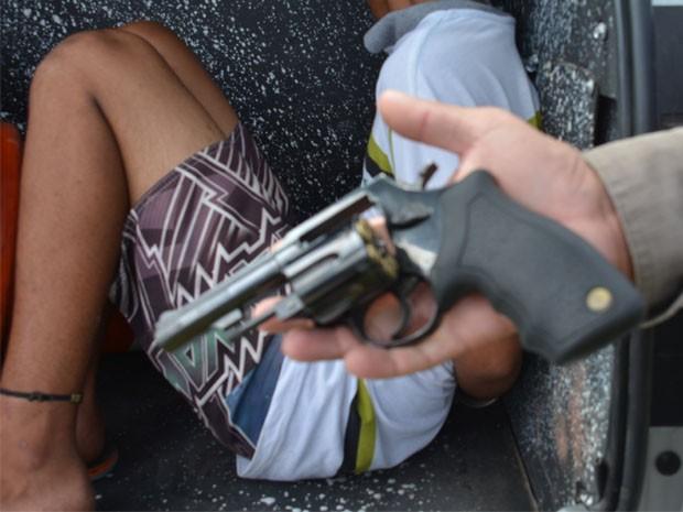 PM diz que adolescente detido estava com uma arma de fogo (Foto: Walter Paparazzo/G1)