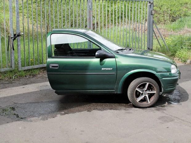 Corsa foi cortado em dois em suposta 'divisão de bens'  (Foto: Reprodução/Ebay.de)
