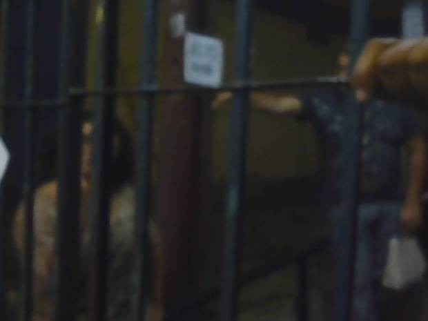 Câmera de celular mostra momento em que professora xinga aluno de 'macaco' e faz gesto obsceno. (Foto: Reprodução / TV Liberal)