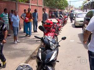 Fila é grande no Detran-PE para fazer a vistoria nas 'cinquentinhas' (Foto: Reprodução/TV Globo)