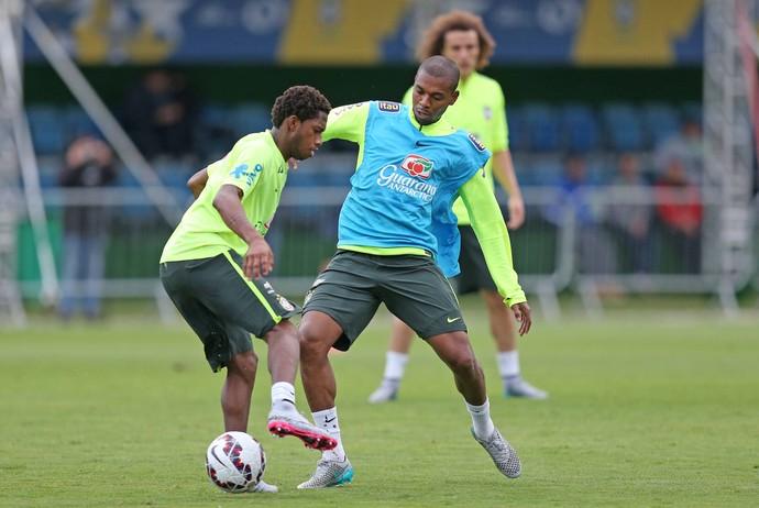 Fernandinho e Fred em treino da Seleção Brasileira (Foto: Rafael Ribeiro / CBF)