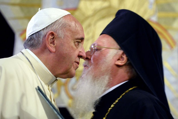 Papa Francisco (esq) e patriarca ortodoxo Bartolomeu I se encontraram na Turquia (Foto: Filippo Monteforte/AP)