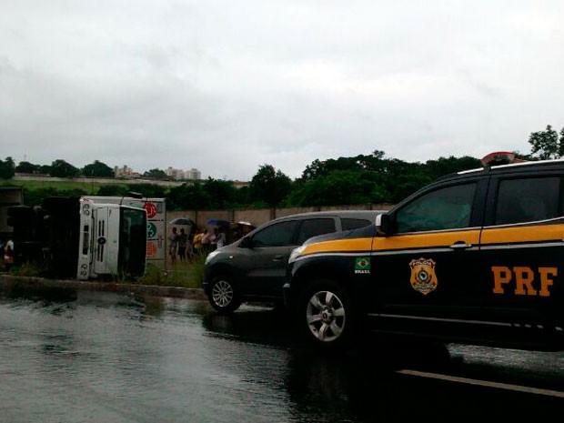 Caminhão ficou tombado entre a BR-101 e a pista marginal da rodovia em Parnamirim (Foto: Lamonier Araújo/G1)