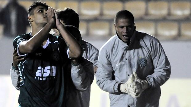 Ronaldo festeja gol de empate do Guarani contra o Barueri (Foto: Rodrigo Villalba / Memory Press)