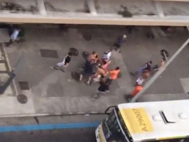 Estudante registrou em vídeo um grupo agredindo um rapaz, supostamente após tentativa de roubo em Copacabana (Foto: Isabella Casa Branca / Arquivo Pessoal)