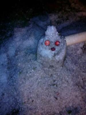 Em Londrina, morador chegou a fazer um pequeno boneco com o granizo que caiu no quintal (Foto: Alex Santos/Arquivo Pessoal)