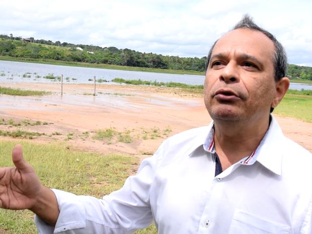 Lamarcos Teixeira, gerente da Caern, explica funcionamento do rodízio de água (Foto: Thyago Macedo / G1)