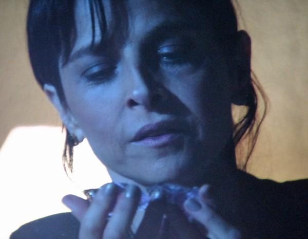 Cora delíria com pedaços do diamante nas mãos (Foto: TV Globo)