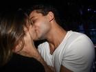 Depois de jantar, Rafael Almeida e Alinne Rosa se beijam muito em boate