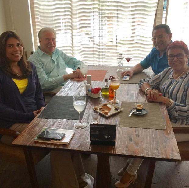 Silvio Santos almoçando com Jassa e família do cabelereiro (Foto: Reprodução/Instagram)