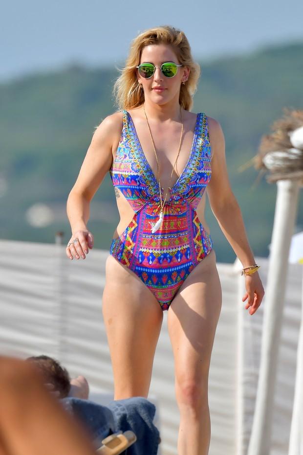 Ellie Goulding em praia em Saint-Tropez, na França (Foto: AKM-GSI/ Agência)