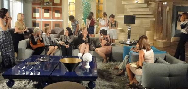 Sônia e Isadora não sabem onde enfiar a cara (Foto: Cheias de Charme / TV Globo)