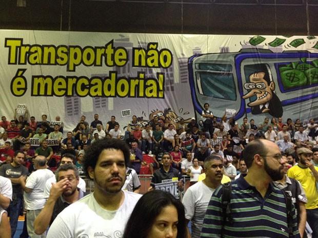 Metroviários decidem manter greve até domingo (8). Decisão foi tomada em assembleia neste sábado (7) (Foto: Helton Simões Gomes/G1)