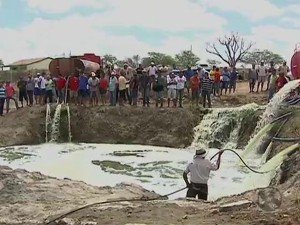 Água dos caminhões encheu barreiro de uma das comunidades (Foto: Reprodução/ TV Asa Branca)
