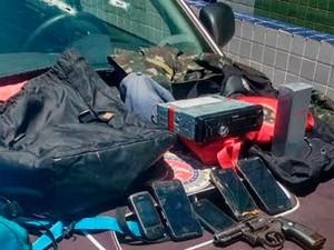 Polícia apreendeu celulares roubados das vítimas e uma arma (Foto: Divulgação/Polícia Militar)