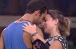 Matheus e Maria Claudia dançam juntos e trocam carinhos
