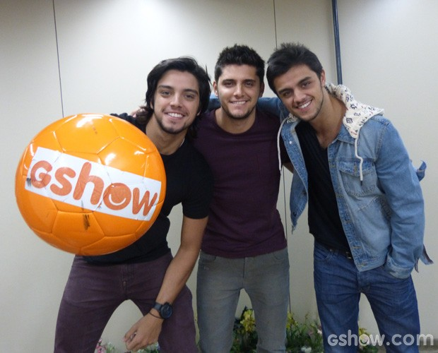 Rodrigo Simas, Felipe Simas e Bruno Gissoni posam nos bastidores  (Foto: Esquenta/ TV Globo)