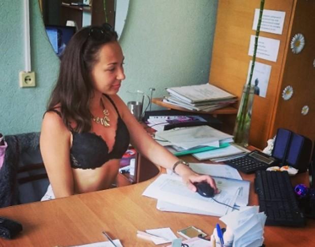 Internautas postam fotos trabalhando sem roupa após declaração de presidente (Foto: Reprodução/Instagram)