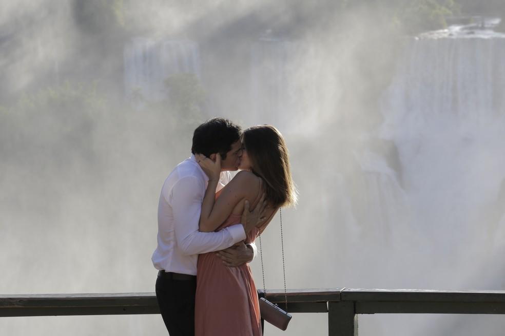 Que beijão! Protagonistas gravam início do romance de Eric e Luíza (Foto: Adriana Garcia/Gshow)