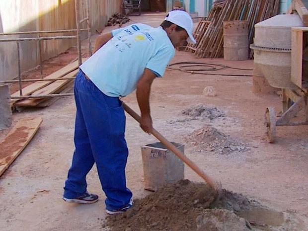 Eduardo trabalha como servente de pedreiro e recebe R$ 800 por mês (Foto: Reprodução EPTV)
