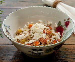 Receita de salada de quinoa com queijo feta e legumes assados