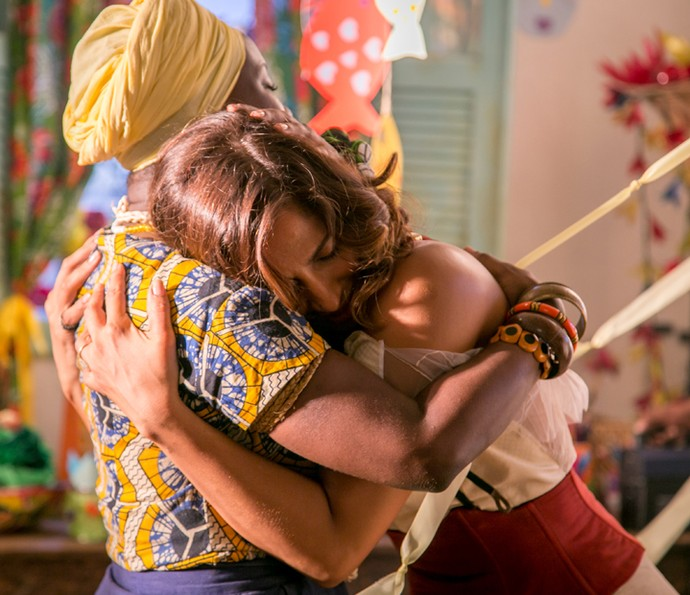 Tereza cumprimenta mãe Bete e se emociona ao se lembrar do seu passado (Foto: Paulo Belote/ Globo)