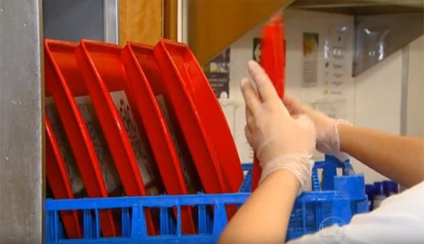 Pesquisa constatou índice inaceitável de bactérias em 35 das 40 bandejas analisadas (Foto: Reprodução / Rede Globo)