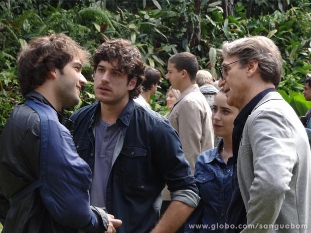 Fabinho interrompe conversa entre Plínio, Malu e Bento (Foto: Sangue Bom/ TV Globo)
