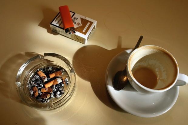 Cigarro e café em excesso: maus hábitos (Foto: Getty Images)