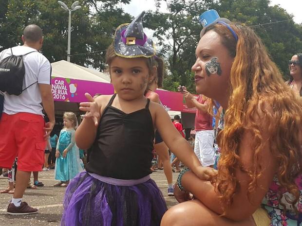 Alicia, de 3 anos, e a mãe, Juliana Fortes, durante folia no Baratinha em Brasília (Foto: Raquel Morais/G1)