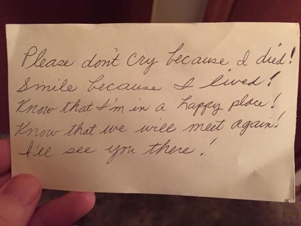 """O bilhete escrito a mão deixado por Billie """"Mimi"""" Breland deixado dentro do seu caderno de notas: """"Não chore porque eu morri. Sorria porque eu vivi"""""""" (Foto: Reprodução / Facebook)"""