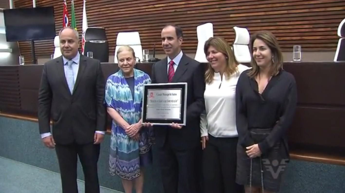 Diretores do Jornal A Tribuna recebem homenagem na Câmara Municipal (Foto: Reprodução/TV Tribuna)